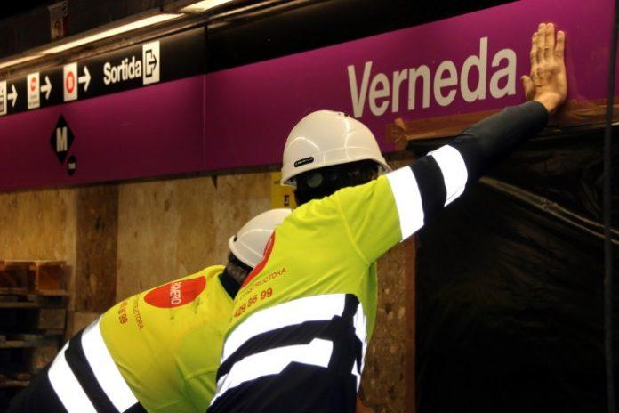 Operaris tapant amb plàstic els conductes de ventilació de l'estació de la Verneda per començar la retirada de les planxes de fibrociment amb amiant. Imatge cedida